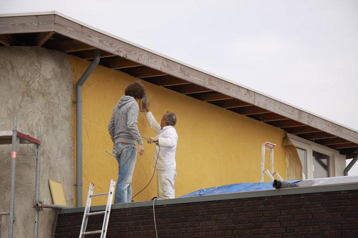 Leem-aanbrengen-strobalenhuis-bouwen