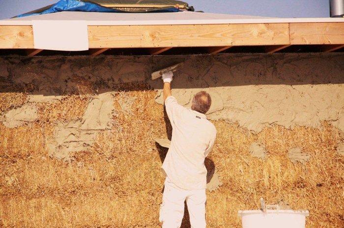 leem-aanbrengen-strobalenhuis-bouwen-3